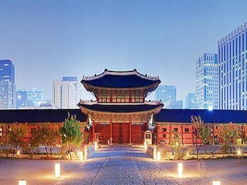 景福宮内側から見た興礼門。現代と伝統の調和が不思議にも美しい