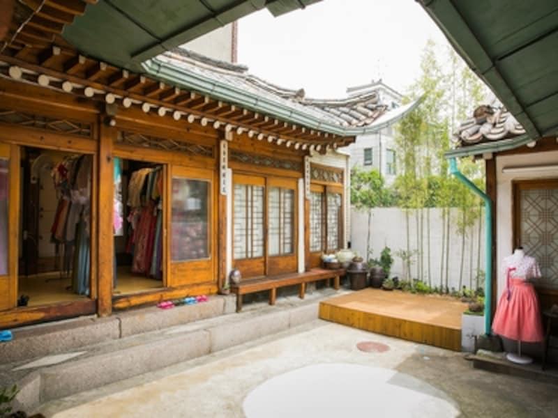 韓国伝統の家屋k、韓屋だから、お店での記念撮影も美しい一枚が撮れますよ(c)?????