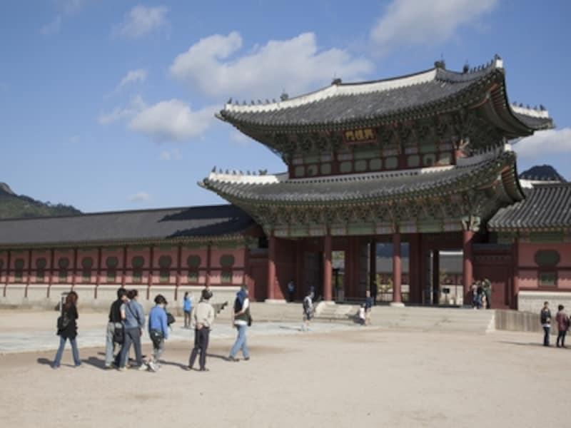ガイドの解説を聞くことで、景福宮の歴史や見どころがよく分かります