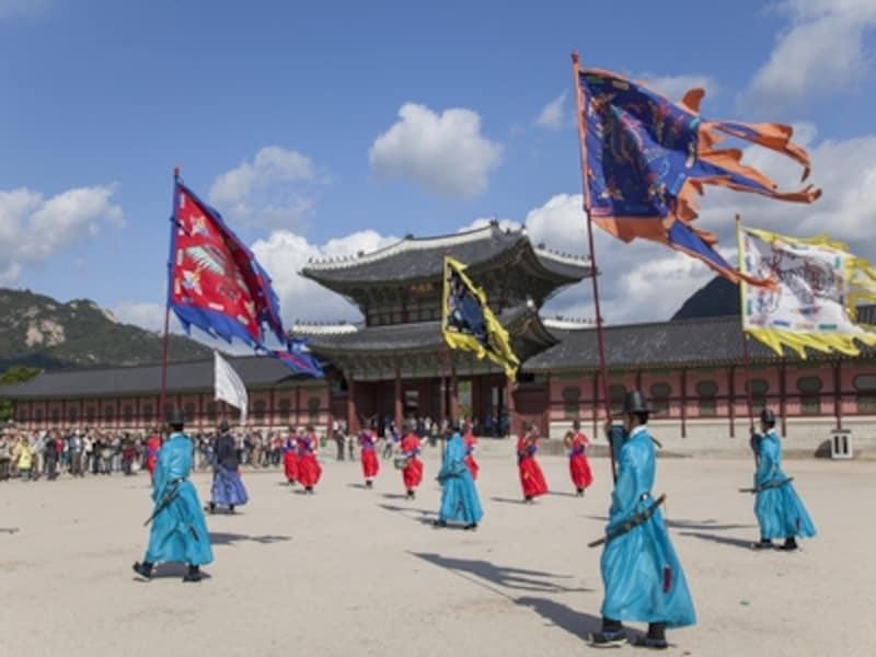 誰もが観覧できるイベントとして、景福宮で一番人気のある守門将交代儀式。毎日行われています