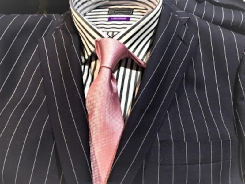 桜を連想させるピンクのネクタイ。会社につけていくにはちょっと派手めかもしれないくらいが式典にはちょうど良いのです。華やかで明るいネクタイをワンポイントにしましょう!