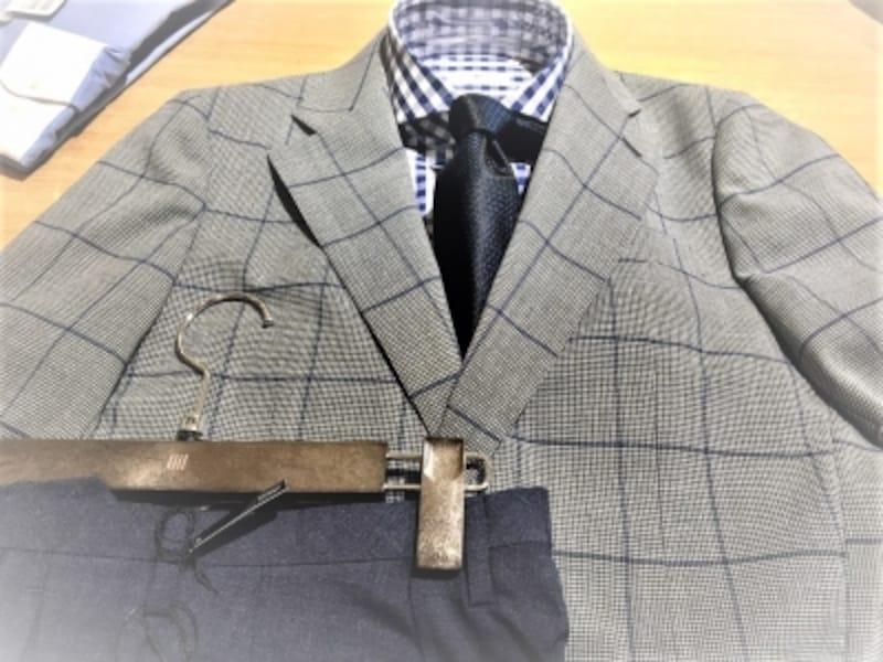 必ずしもスーツである必要はありません。周りに敬意を示すことが伝わる服装が求められます。最低限ジャケット着用はマストですが!