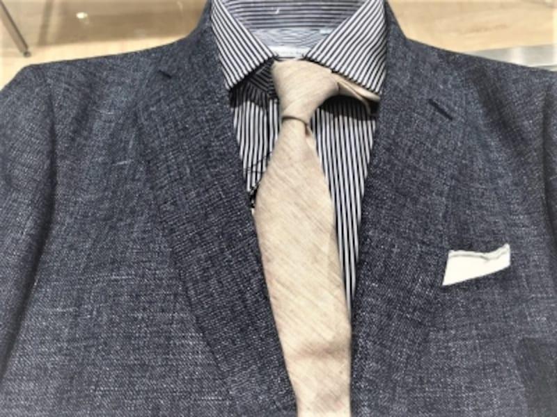 質感がある麻(リネン)のネクタイ。シルクのツルッとした質感とは雰囲気が変わります。ジャケパンに合わせやすいネクタイ!
