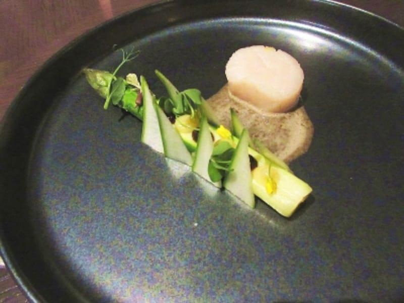 タワーズ温かい前菜:北海道産帆立貝のコンフィ
