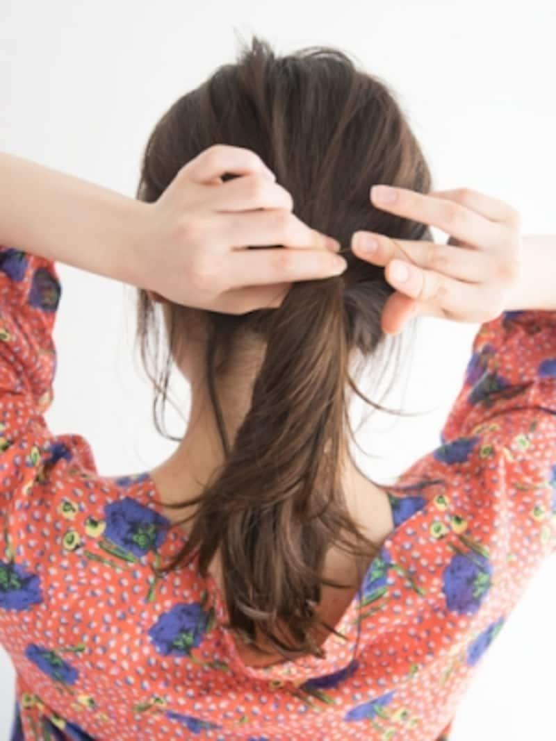 髪色に近いシリコンゴムで結ぶ
