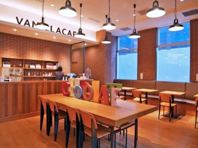 併設のカフェでは、チョコレートを使ったスイーツやドリンクが楽しめます。また、カカオ豆からチョコレートを作るワークショップも定期的に開催(2018年3月21日撮影)