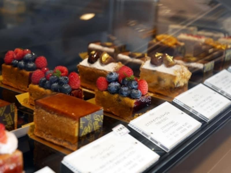 オリジナル生パウンドケーキは要冷蔵。素材にこだわり、フルーツなどを美しく飾り付けてあるパウンドケーキです。レギュラー商品のほか、季節限定商品もあります(2018年3月16日撮影)