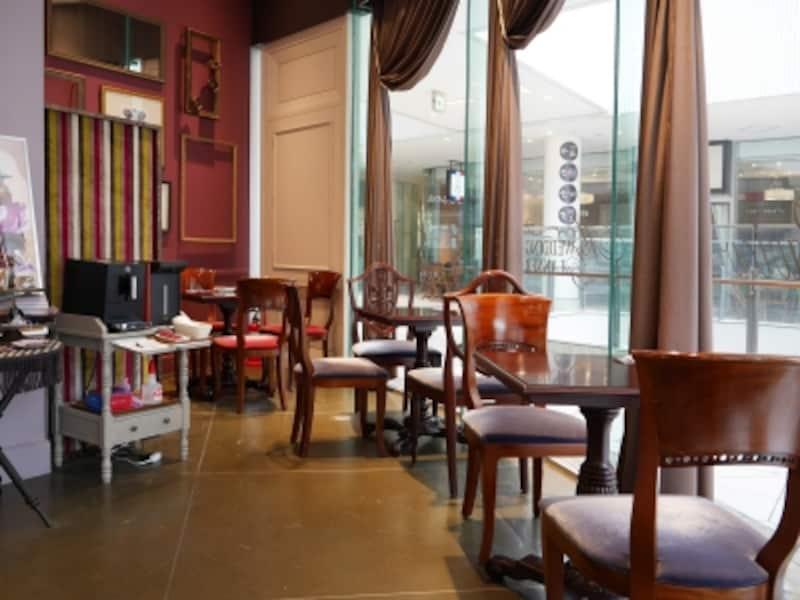 店内にはイートインスペースがあり、セルフサービス(無料)のコーヒーか紅茶をいただきながら、すぐに食べることができます(2018年3月16日撮影)
