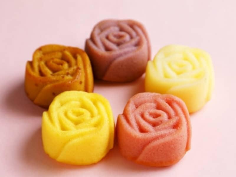 ローズマドレーヌの5種類の色は、次のような意味を持っています。ストロベリー<ピンク=感謝>、マンゴー<黄=友情>、キャラメル<赤=情熱>、ブルーベリー<青=夢叶う>、ホワイトチョコ<白=尊敬>(画像提供:ありあけ)