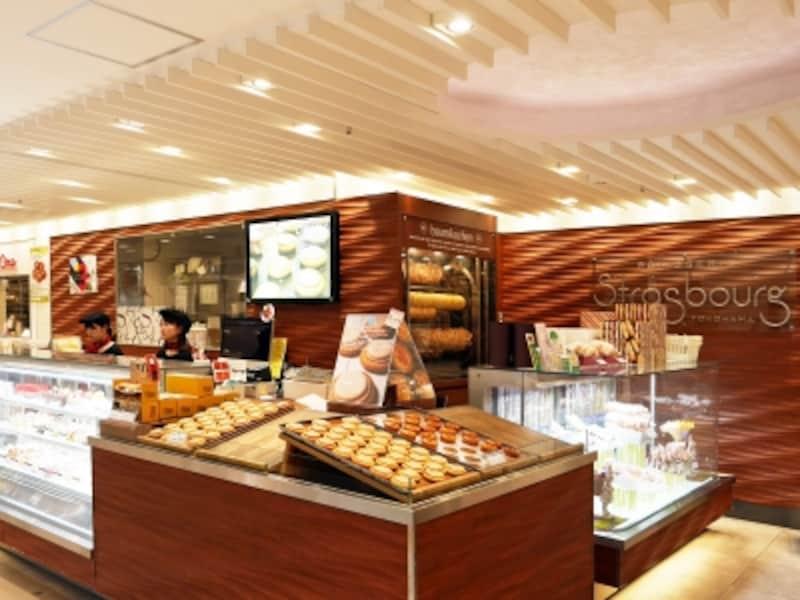 ストラスブールジョイナス横浜店では、工房を併設しており、焼き立て・作り立てのスイーツが随時、並びます(2018年3月19日撮影)