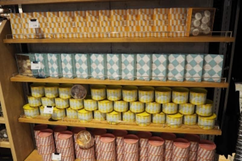 LUCUAキッチン&マーケットのオリジナル菓子がずらっとディスプレイ
