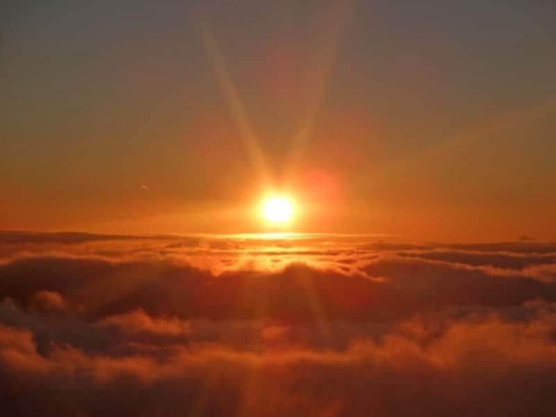 標高約3055メートル、世界最大の休火山ハレアカラ。頂上は雲の上にある