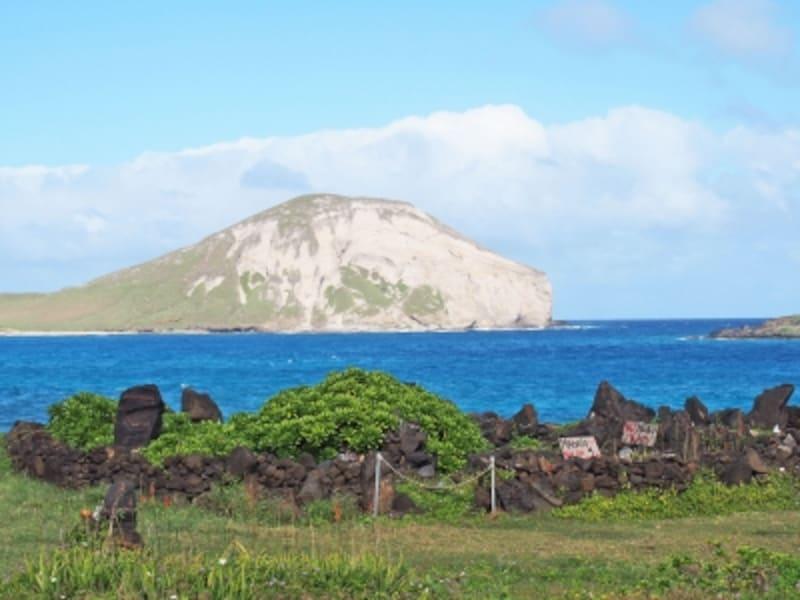 ラビットアイランドを正面に望むマカプウ・ヘイアウ。ヘイアウは眺めの良い場所に建てられている