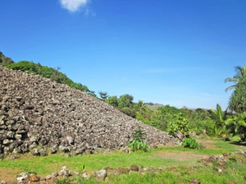 広さ54.8メートル×42.6メートル、高さ9.1メートルの石垣に囲まれていたというウルポ・ヘイアウ