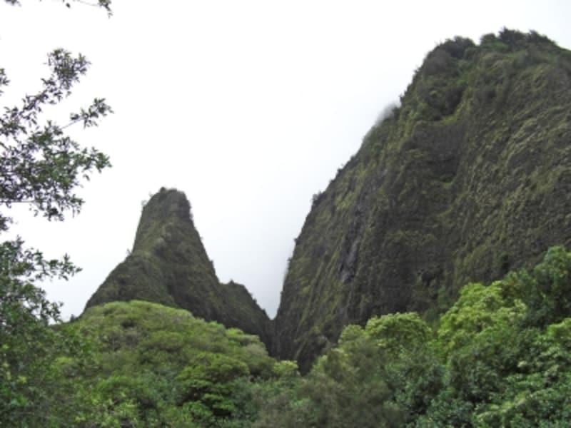 左の山がイアオ・ニードル。駐車場から10分ほどで登れる展望台からは迫力ある姿を観ることができる