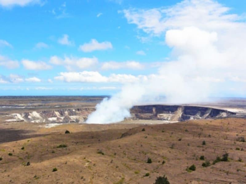 キラウエア展望台から眺めるハレマウマウ火口