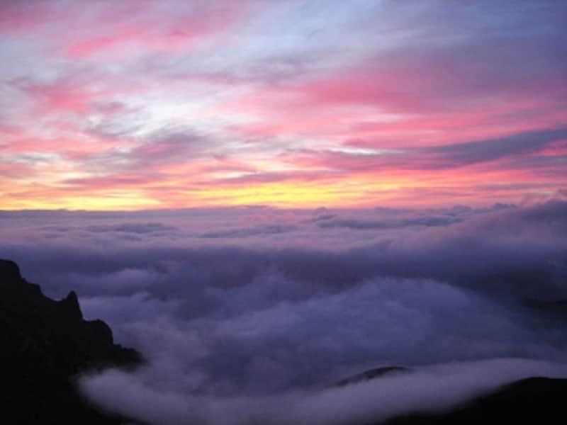 ハワイ随一のサンライズスポット、マウイ島ハレアカラ。夜明けが近づくと、空が幻想的に色づく