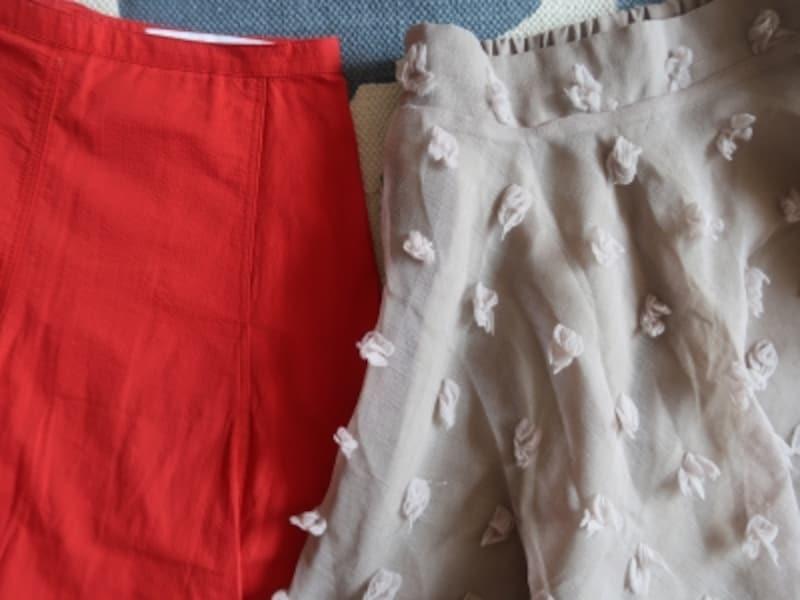 ジップアップ&ボタンのもの(赤)と比べるとウエストゴムのスカート(ベージュ)は腰回りにボリュームが出がち