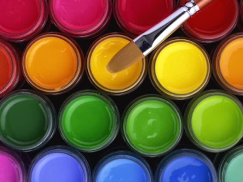 ビビッドカラーとは、鮮やかで冴えた色のこと。絵の具の赤、黄色、緑、青のような原色のことを指します。