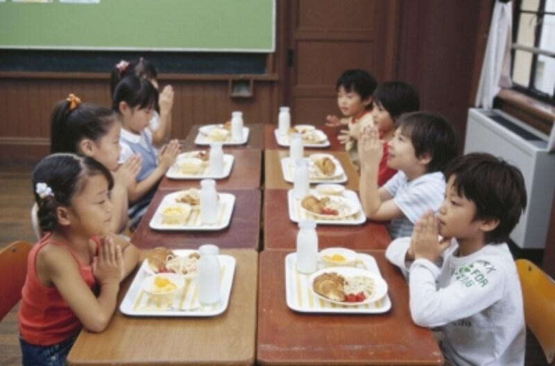 給食で牛乳を飲む子供たち