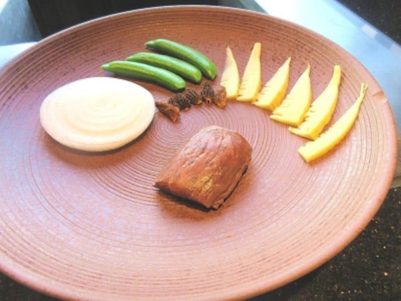 浜木綿神戸牛モモ肉のコンフィ筍とモリーユ茸