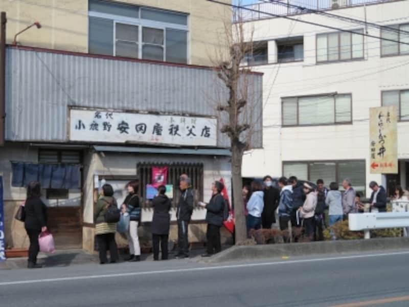 開店前から行列ができる安田屋日野田店