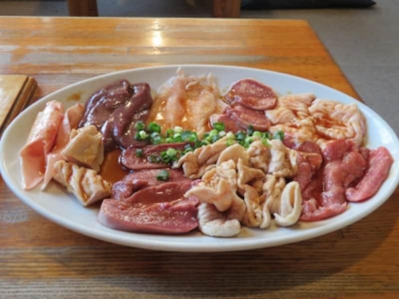 左端のタケノコを含み9種類の食材が一皿に盛られた「初めてのホルモンセット」