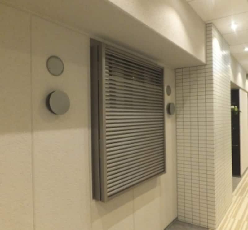 共用廊下側の窓に羽の角度を調節できるルーバーを設けているマンションの例
