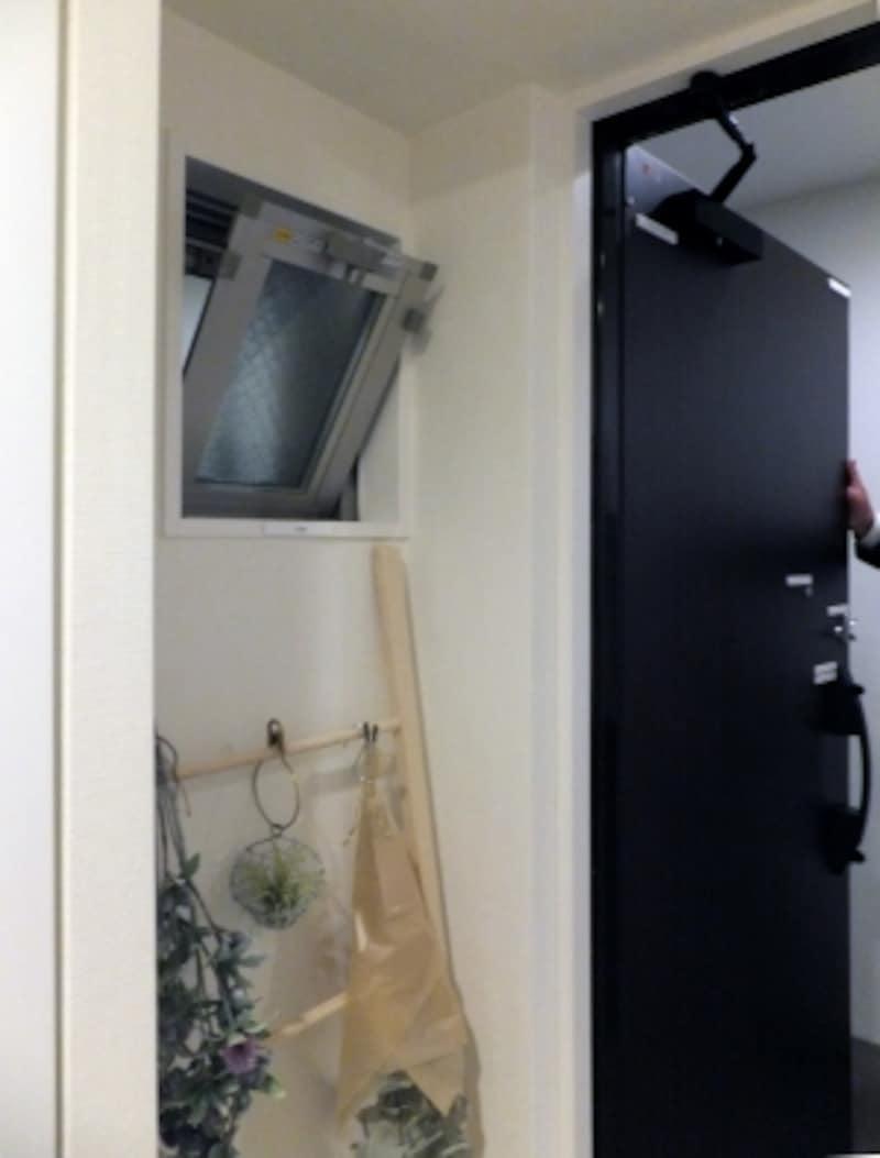 中部屋でも玄関脇に小窓を設けて通風に配慮しているマンションの例