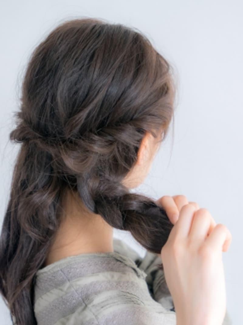 髪を二等分し、襟足から三つ編みにする