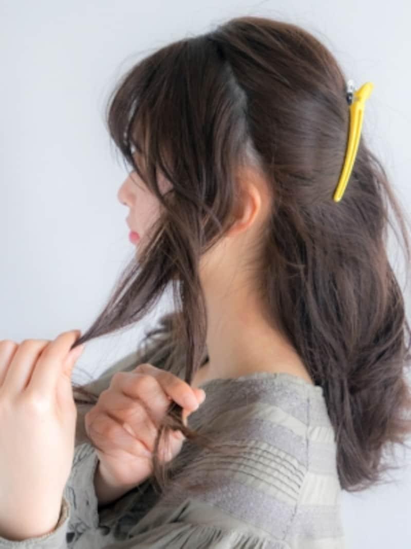 サイドの髪を二等分し、交差させる