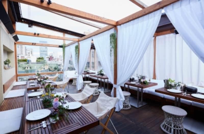 白いふかふかのソファとウッド調のテーブルが並ぶ優雅な空間
