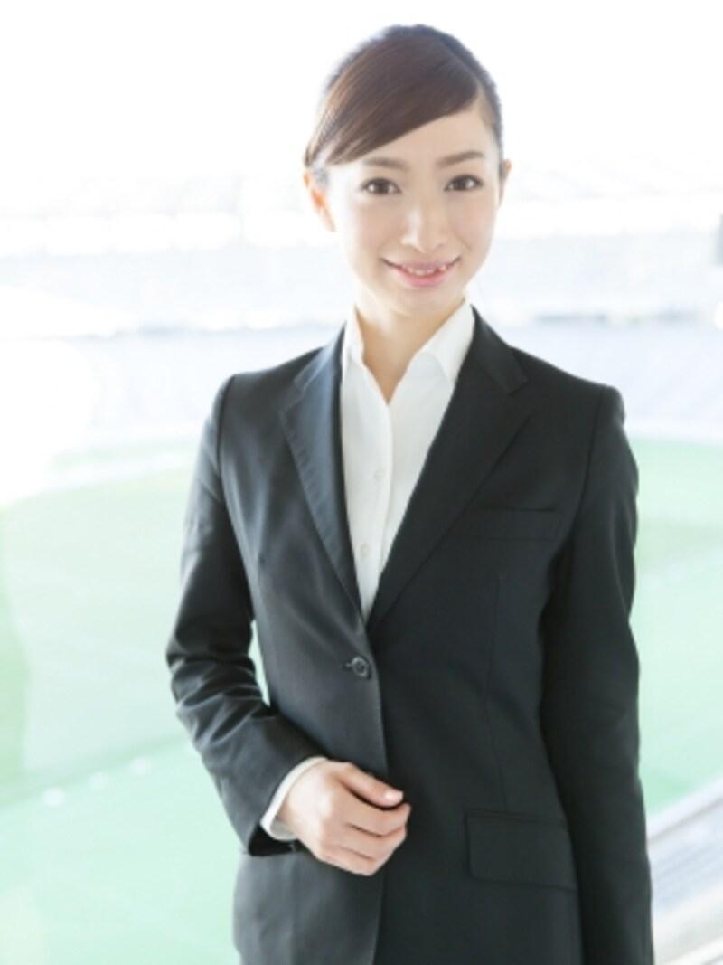 職場や職種によっては、黒いスーツはビジネスシーンに必要なアイテムです