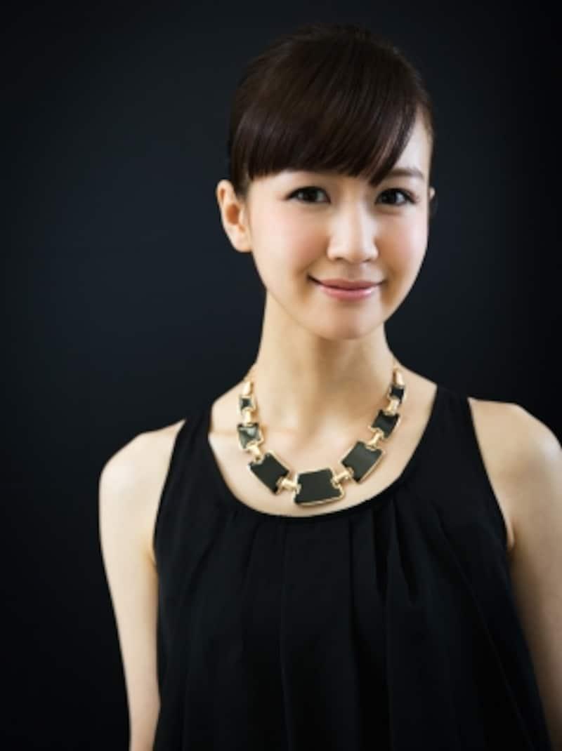 シャネルが考案した「リトルブラックドレス」の主役は、ドレスではなく、大ぶりのコスチュームジュエリー