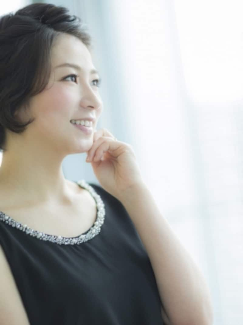 サマータイプに似合うのは、繊細なビーズの装飾がついた柔らかい素材感のドレス