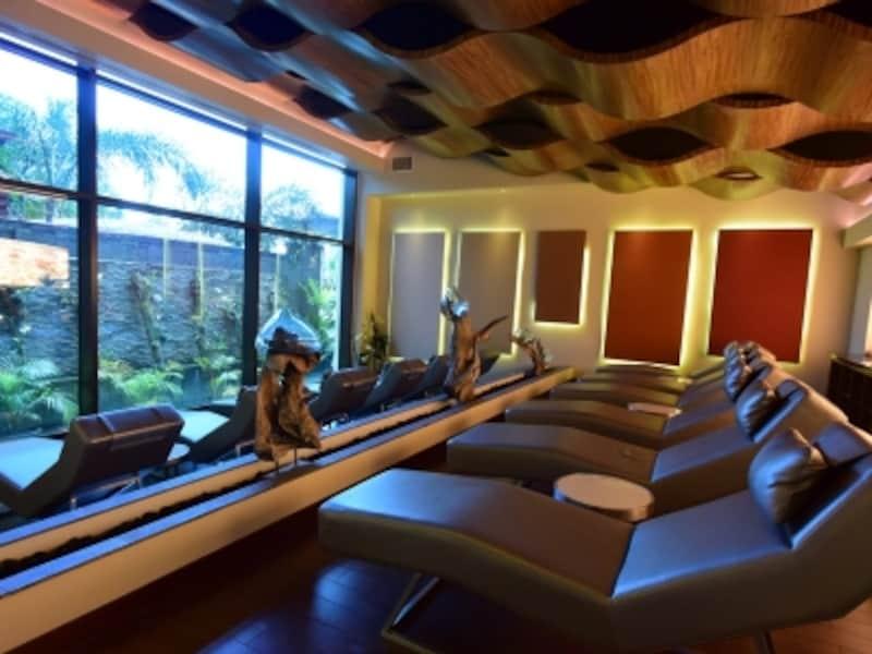 一画に巨大なピンクソルトを置くスパのリラクゼーションルーム