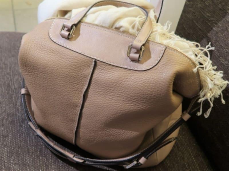 ひとつあると便利すぎて手放せなくなる、淡い中間色のバッグ&靴は春夏に必須