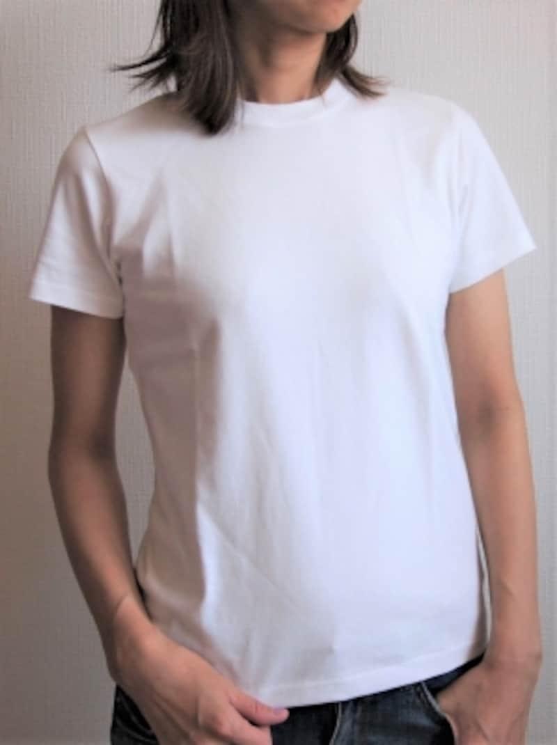 首が詰まったTシャツならメンズっぽいニュアンスもプラスしてくれる