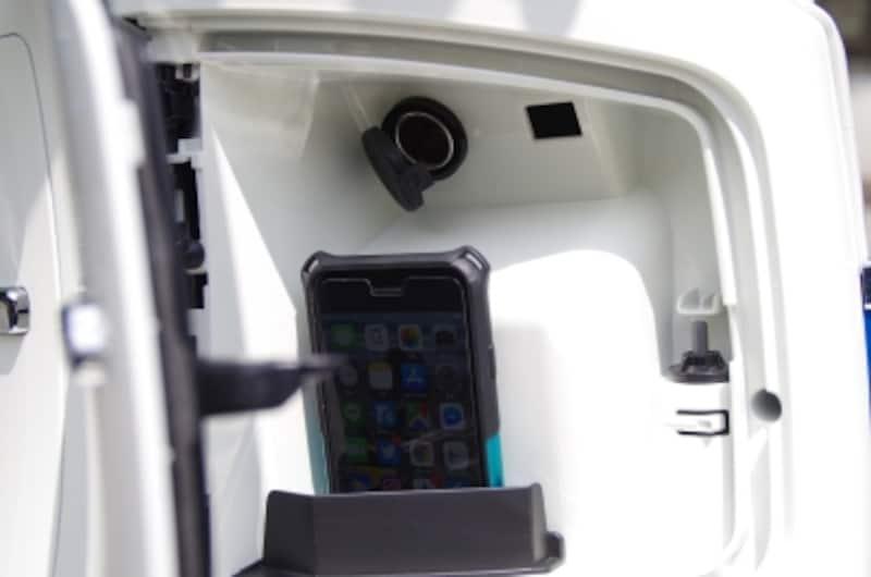 ハンドル右下のグローブボックスは実質スマホ充電スタンドといえる。