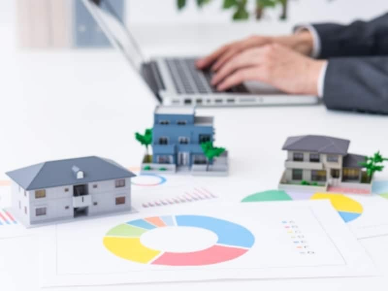 投資対象としてのアパートについて、新築と中古、築年帯別のメリット・デメリットを分析。