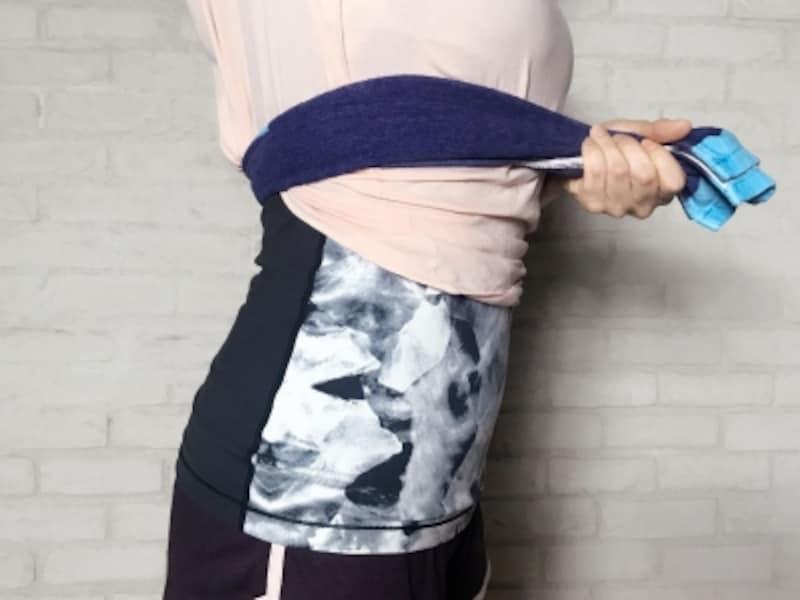 肋骨下部にタオルを巻くことで意識しやすくなる