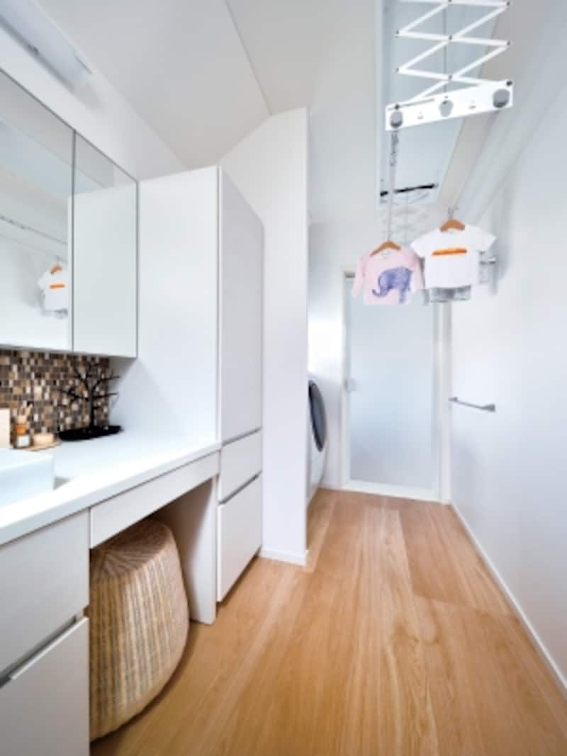 洗面と浴室(奥のドア)