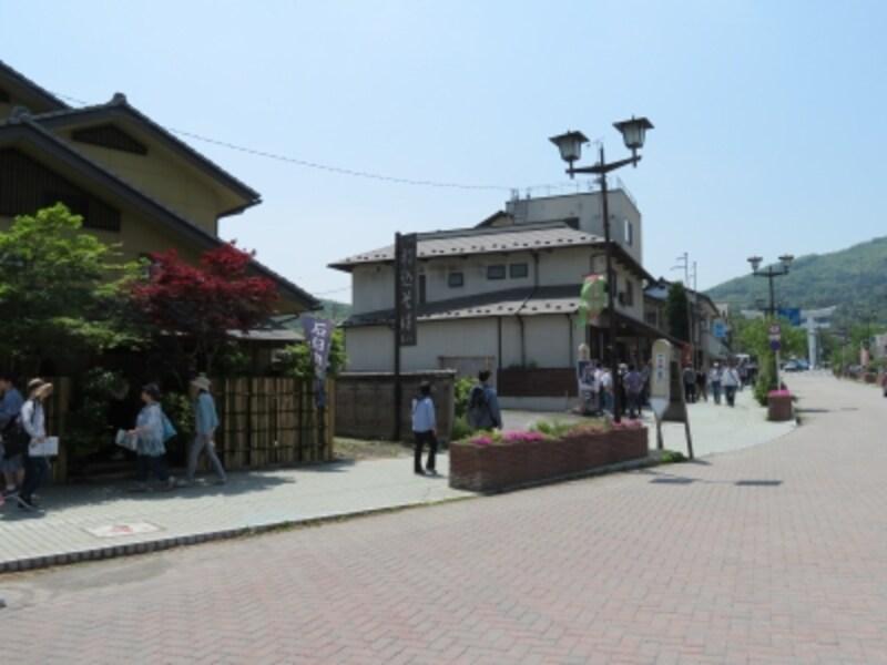 飲食店が軒を連ねる長瀞駅から宝登山に向かう通り