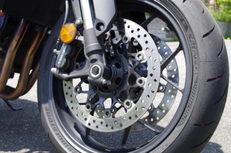 ブレーキはダブルディスクに対向の4ポッドキャリパーをラジアルマウント