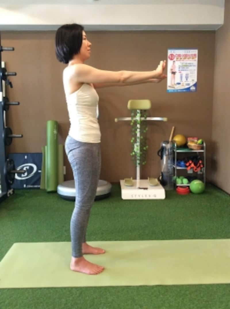 1.足を肩幅に開き、両手を前に伸ばします。