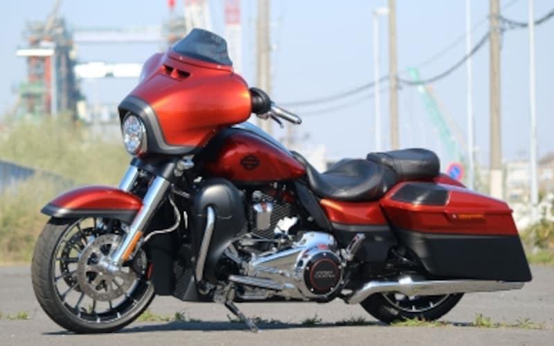 実はフロント19/リア18インチホイールと、クラシックスポーツバイクのフットワークを備えるハーレーダビッドソンCVOストリートグライド(2018年モデル)