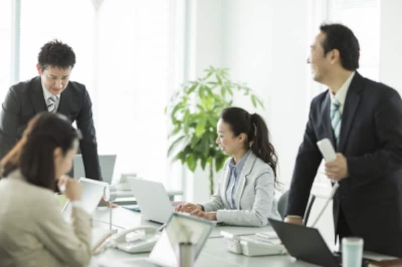 職場で語り合う人々