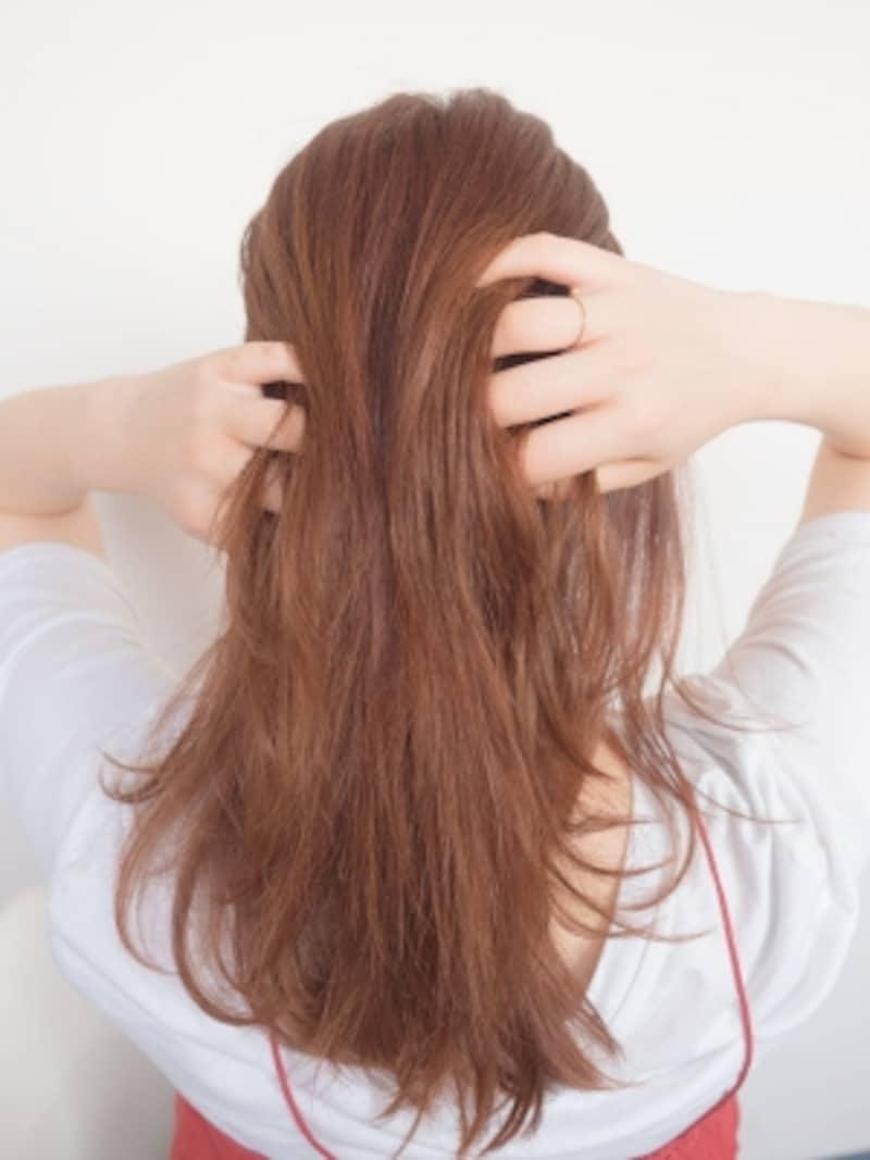 髪全体にワックスをつける