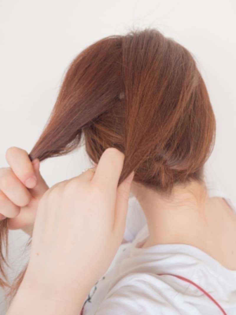 トップの毛束を2つに分ける