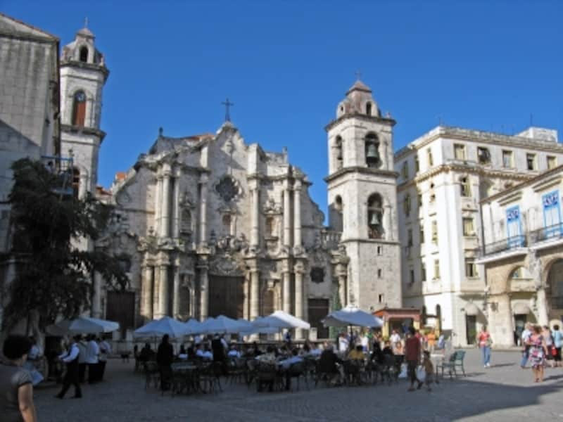 左右に塔がある建物がカテドラル。広場の一部に、近くのレストランのテラス席が置かれることもあります。